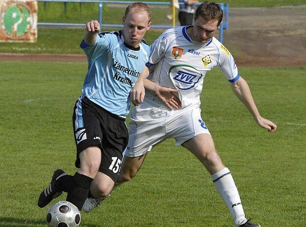 Na snímku domácí Kosobud (vpravo) bojuje o míč s Kromkou v utkání krajského fotbalového přeboru, ve kterém Milevsko remizovalo s Dražicemi 1:1.