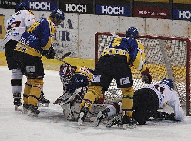Snímek je z úvodního zápasu kvalifikace o první ligu mezi hokejisty Písku a Valašského Meziříčí (4:0). Domácí brankář Hrubec kryje šanci Tatarčika (vlevo), kterého atakuje R. Procházka, uprostřed je Rod.