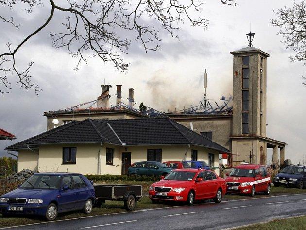 Požár kostela Církve československé husitské vMirovicích.