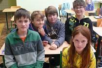 Adam Bína, Jan Kulas, Ondřej Prokop, Vojta Viktora a Patricie Jodasová ze šesté třídy Základní školy v Čimelicích odpovídali na otázky ohledně zdravé výživy.