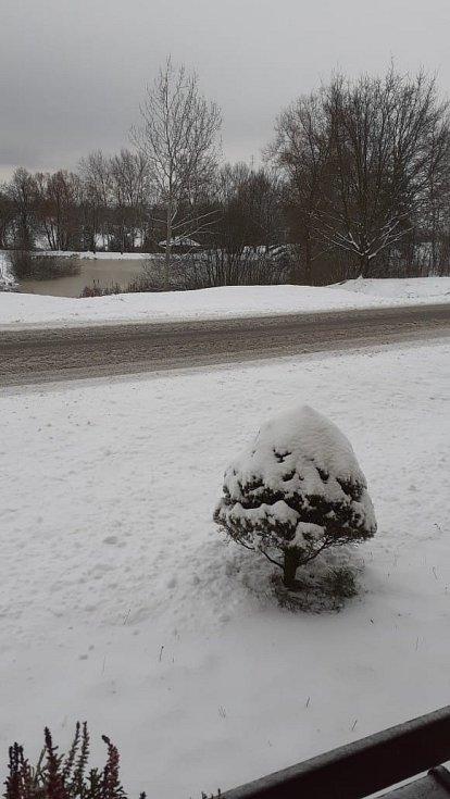Sníh 8. 2. 2021 v Jehnědnu na Písecku.