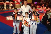 Na snímku jsou zleva medailisté Matyáš Hnyk, Tomáš Vondrášek a Michal Vondrášek se svým trenérem Davidem Krejčou.