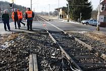 Na přejezdu v Protivíně se staly od července tři vážné nehody. Snímek je z 27. února, kdy zde zahynul řidič pekařské dodávky.