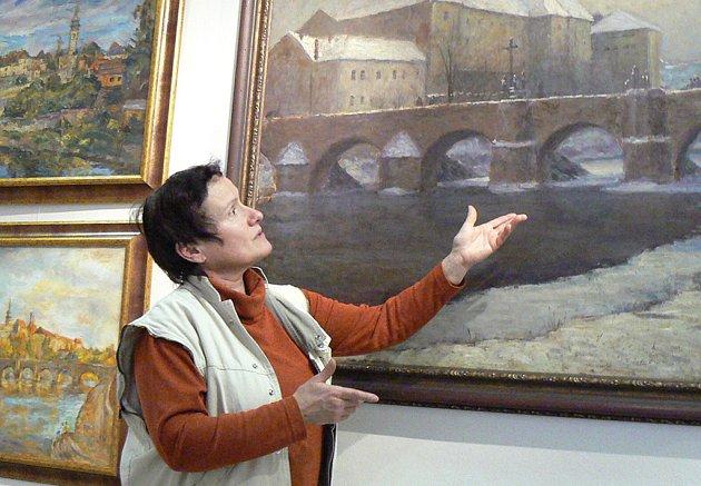 Před zahájením výstavy jsme v galerii hovořili s její kurátorkou Irenou Mašíkovou (na snímku u obrazu píseckého rodáka Radka Pilaře).