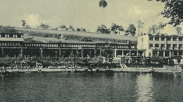 PLOVÁRNA. Takto vypadala písecká plovárna ve třicátých letech 20. století. Vyroste u ní brzy lávka?