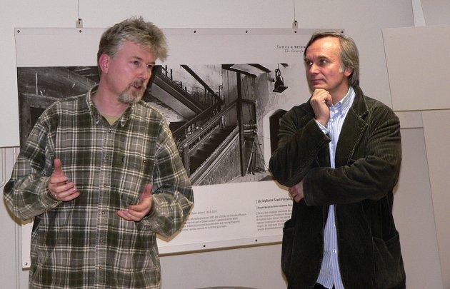 Tvůrci televizního seriálu Šumná města Radovan Lipus (vlevo) a Tomáš Hendrych při zahájení výstavy fotografií Šumná a bezbranná v písecké Sladovně diskutovali s přítomnými o architektuře devatenáctého a dvacátého století.