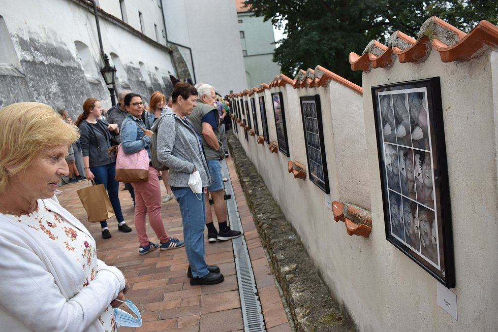 Výstava Jaroslava Joe Hübla na parkánech muzea.