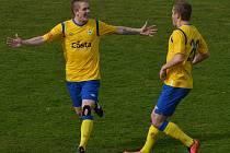 STŘELEC. Písecký Ondřej Sajtl (vlevo) se raduje ze vstřeleného gólu. Vpravo je jeho spoluhráč Jiří Ježdík.