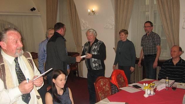 Tomáš Dvořák předává knihu oceněným. Na snímku ji přebírá Josef Fuka.