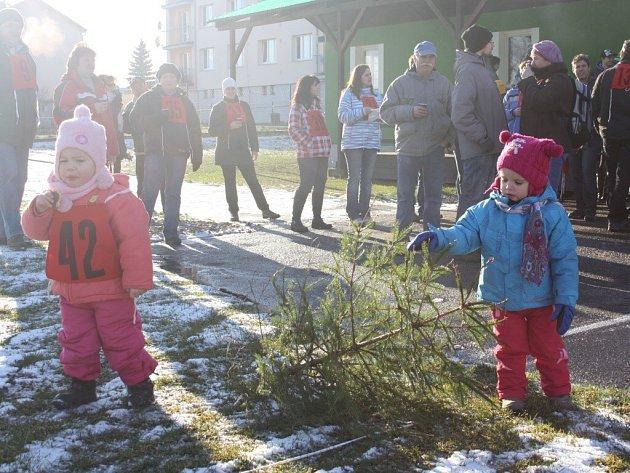 Hod vánočním stromkem v Čížové.