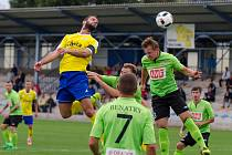 Kapitán píseckých fotbalistů Michal Rendla při jednom ze svých hlavičkových pokusů.
