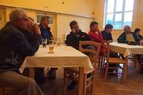 SCHŮZKA. Setkání se zúčastnilo patnáct obyvatel obce.