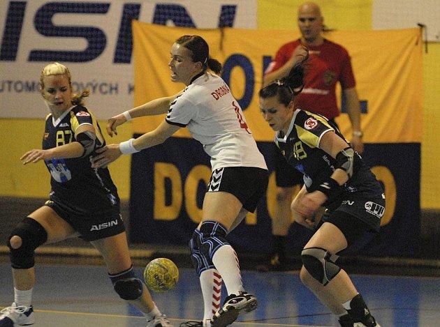 Hráčky Marta Krouská a Iveta Luzumová (zleva v tmavém) patří k oporám interligového družstva házenkářek Sokola Písek.