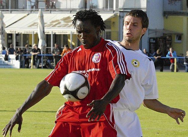 Náš snímek je z loňského září, kdy v utkání Ondrášovka Cupu tým FC Písek zvítězil nad druholigovým Třincem 3:1. Domácí Jiří Pravda (vpravo) atakuje třineckého Ebuse Onuchukwu.