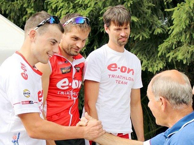 DRUHÉ MÍSTO. Na snímku E.ON Triatlon Team dostává ocenění za druhé místo, Michal Háša je vpravo.