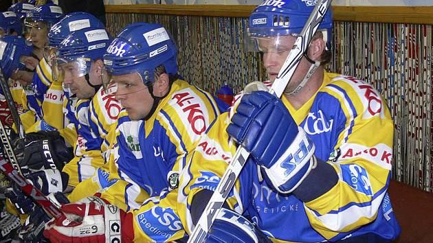 Písecký hokejista Tomáš Květoň (vpravo) zaznamenal v utkání druhé ligy proti kutnohorským Sršňům tři kanadské body za jeden vstřelený gól a dvě asistence.