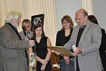 V Galerii Portyč v Písku převzal akademický malíř Dalibor Říhánek (vpravo) čestné členství v Prácheňské umělecké besedě, které mu předal její místopředseda Andrej Rády.