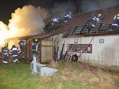 Noční požár ve Smrkovicích.