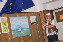 Miloš Vais představuje své obrazy.