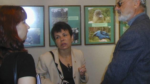 Velvyslankyně Venezuelské republiky María José Báez Loreto, na fotografii se zoologem Peclem a tlumočnicí.