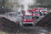 Hasiči likvidují požár štěpky v Chlaponicích.