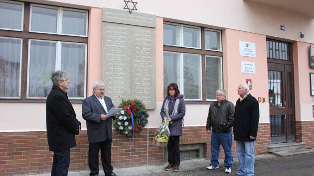 V Mirovicích uctili památku místních obětí židovského holocaustu.