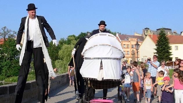 Divadlo Kvelb zahajovalo svým pouličním divadlem loňský ročník festivalu Šrámkův Písek.