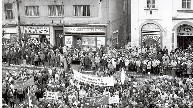 GENERALNÍ STÁVKA. Pohled na tehdejší Leninovo, dnes Velké náměstí v Písku 27. listopadu 1989.