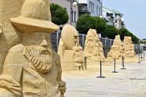 Sochy z písku patří k velkým turistickým lákadlům.