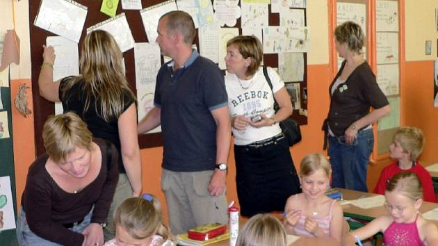 Návštěva. Včera dopoledne přivítali v Základní škole Edvarda Beneše v Písku hosty ze Švédska a Dánska. Jednalo se o učitele ze škol, se kterými písečtí pedagogové spolupracují na společném projektu. Snímek je z návštěvy druhé třídy.