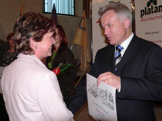 hejtman Olomouckého kraje Ivan Kosatík předává ocenění vedoucí odboru kultury a cestovního ruchu  MÚ v Písku Ludmile Koštové.
