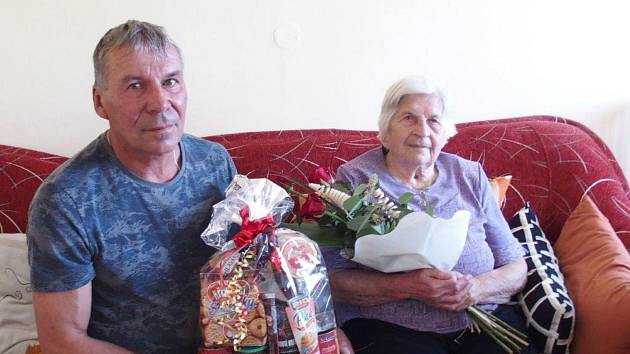 Johana Červená oslavila devadesát jedna let. Na snímku jí přeje starosta Záhoří Petr Kápl.
