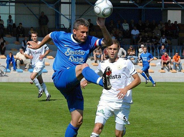Kapitán hostí Stanislav Ondrák (vlevo) odvrací míč před dotírajícím píseckým útočníkem Alešem Červenkou v utkání minulého kola třetí fotbalové ligy, ve kterém Písek porazil Ovčáry 3:1.