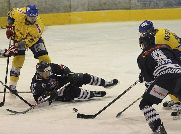V sobotu přivítají hokejisté Písku v dalším ligovém zápase tým Dukly Jihlavy. Na snímku z utkání s Benátkami bojují o puk domácí hráči Makovský a Šperger s Jaroměřským a Maďarem.