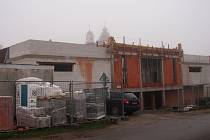 PRÁCE na dostavbě Obecního domu na sepekovském náměstí začaly letos v červnu. Od té doby výrazně pokročily.