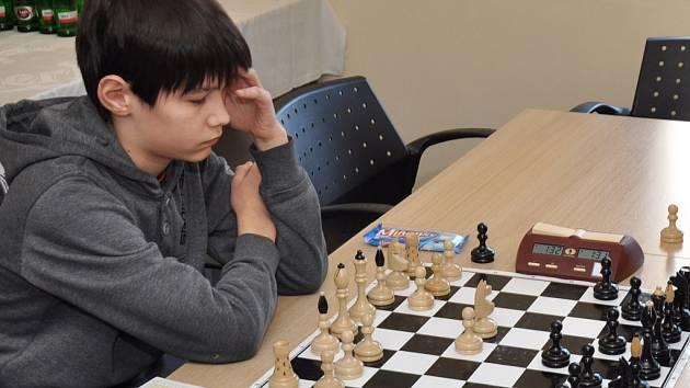Na snímku je dvanáctiletá naděje Jan Miesbauer z ŠACHklubu Písek. Letos se Miesbauer probojoval na mistrovství světa hráčů do 12 let v Dubaji v SAE.