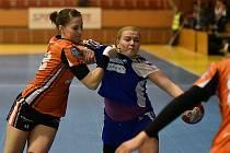 JIHOČEŠKA Sára Kovářová (vlevo) v utkání Mostu proti Duslo Šala.
