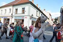 Ve čtvrtek odpoledne prošel ulicemi Písku průvod loutkářů, kteří pozvali  Písečany  na druhý ročník Festivalu  loutkových divadel.