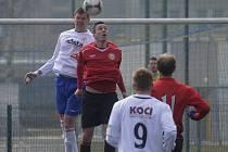 Roman Pivoňka (na snímku vlevo v hlavičkovém souboji s Davidem Vodrážkou) zajistil svým gólem domácímu týmu jeden bod v zápase III. ligy, ve kterém Písek remizoval s Chrudimí 1:1.