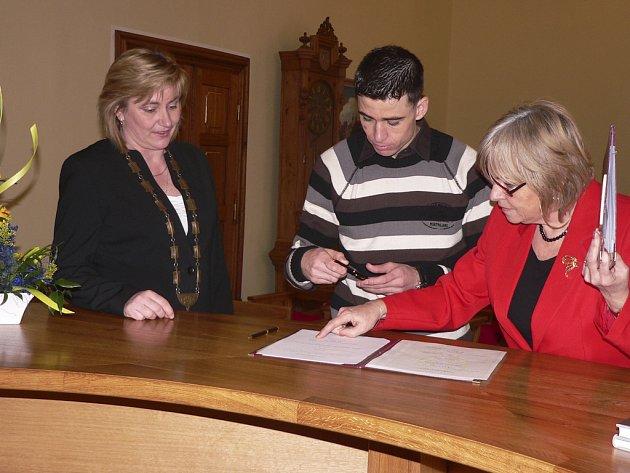 Nouri Oueslati, původem z Tuniska, při převzetí státního občanství ČR na písecké radnici společně s tajemnicí MÚ  Zlatuší Hofmanovou (vlevo) a Emilií Řídkou z odboru vnitřních věcí.