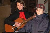 Netoličtí vrabčáci zpívali o druhé adventní neděli na prachatickém náměstí.