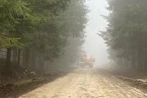 Počasí pod psa, kterému vládla hustá mlha, panovalo ve středu pod Libínem. Opravě silnice na Sedýlko to ale nebránilo. Cesta je hotová a turisté zase mohou dojet až na parkoviště.