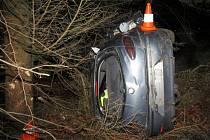 Po předjetí vozidla dostal řidič s osobním vozidlem na namrzlé vozovce smyk.