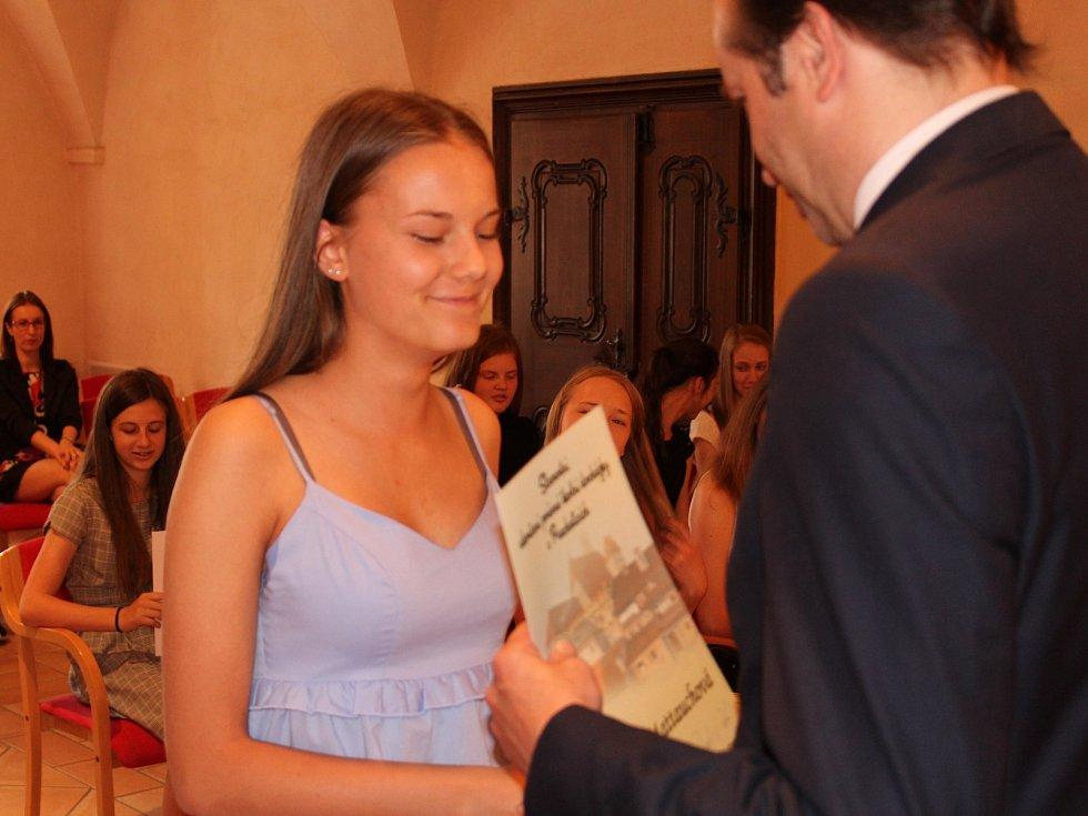 Studenti kvarty prachatického gymnázia převzali v Radničním sále z rukou starosty Martina Malého pamětní listy. Na snímku Nikola Mattauchová.