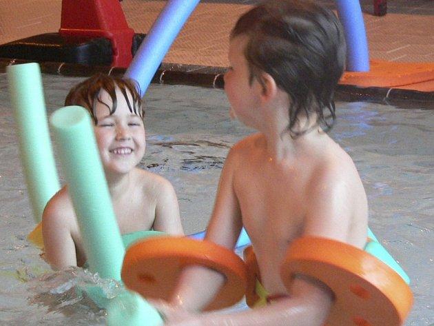 Děti z mateřinky se v bazénu vyřádí.