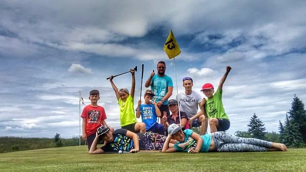 Děti si z Netolicka vyzkoušeli golf a odměnou za snahu jim byly diplomy.