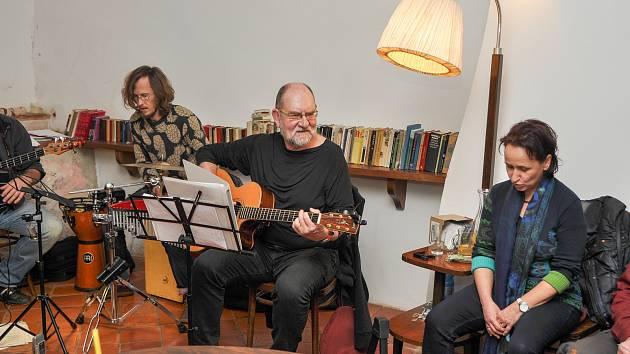 Ve vimperské Kavárně Ve Skále proběhl ve středu 21. listopadu poetický večer.