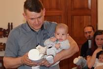 Vojtěch a Šimon Kutlákovi s rodiči a dvouletým bráškou Kubíkem.