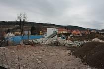 Demolice areálu bývalého závodu Madety v Prachaticích se protáhne.