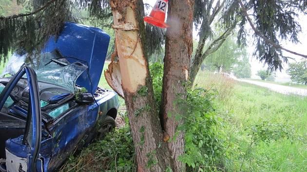 Dvacetiletý řidič automobilu Hyundai sobotní nehodu nepřežil.